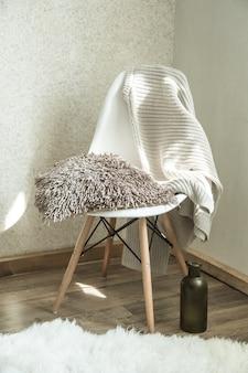 Cadeira de casa com um lindo vaso de flores e itens decorativos