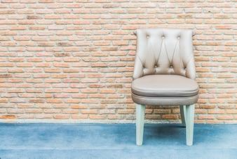 Cadeira de couro de luxo no fundo da parede de tijolo