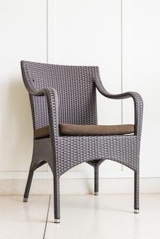 Cadeira de decoração de móveis na parede branca