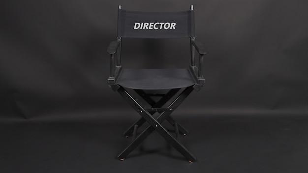 Cadeira de diretor para uso em produção de vídeo ou indústria cinematográfica. é colocado em um fundo preto.