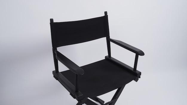 Cadeira de diretor preta usada em produção de vídeo ou indústria de cinema e cinema em fundo branco