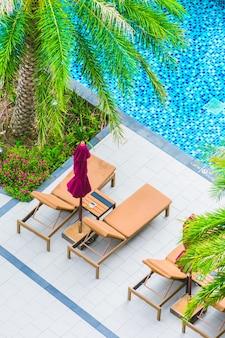 Cadeira de guarda-chuva em torno da piscina