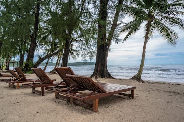 Cadeira de madeira ao lado da praia com uma bela vista idílica da paisagem marinha na ilha kohkood. koh kood, também conhecido como ko kut, é uma ilha no golfo da tailândia