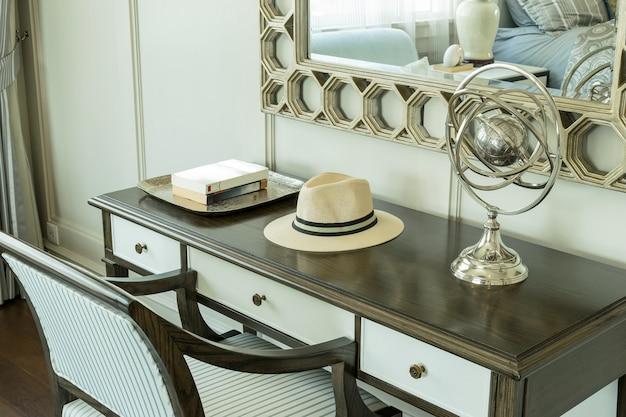 Cadeira de madeira clássica com penteadeira em casa