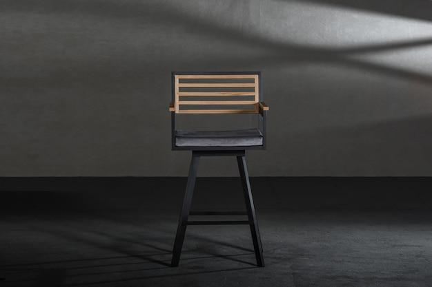 Cadeira de madeira da sala de jantar em um estúdio com paredes cinza