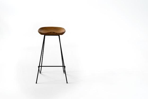 Cadeira de madeira de pé na sala do meio com piso branco