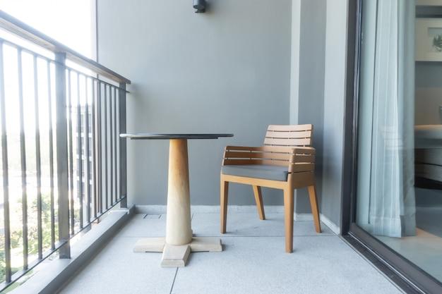 Cadeira de madeira e mesa na varanda
