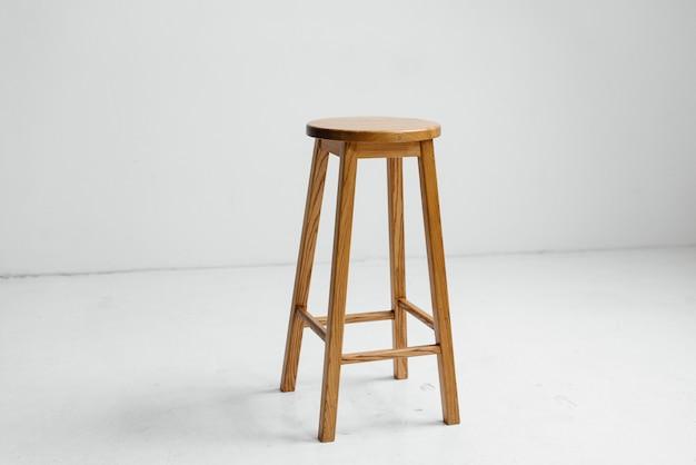 Cadeira de madeira em uma sala vazia branca