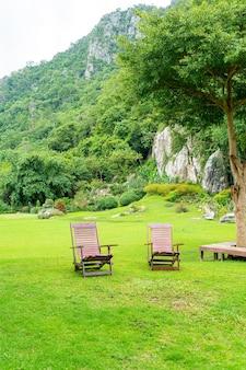 Cadeira de madeira no jardim