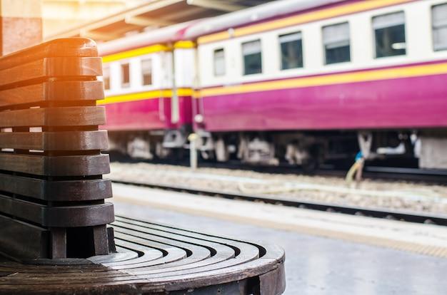 Cadeira de madeira para a estação ferroviária