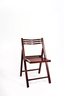 Cadeira de madeira sobre um fundo branco. cadeira dobrável de jardim de madeira.