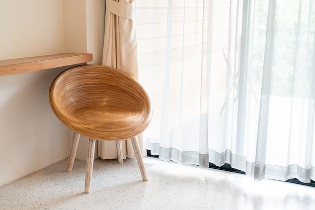 Cadeira de madeira vazia no canto de uma sala