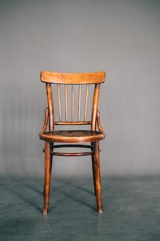 Cadeira de madeira vintage em fundo cinza