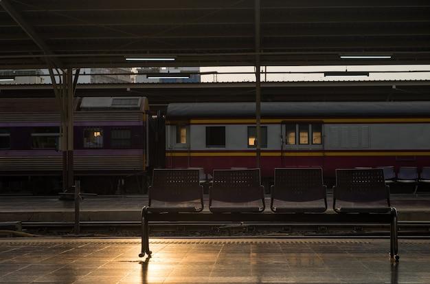 Cadeira de passageiros esperando o trem no vazio