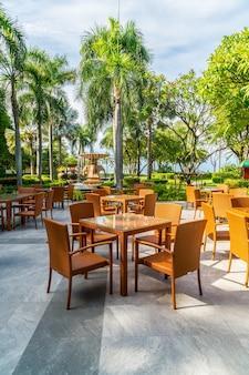 Cadeira de pátio ao ar livre e mesa em café restaurante