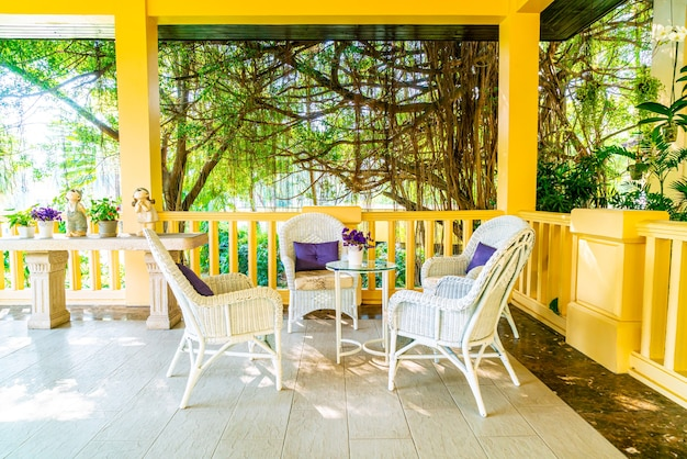 Cadeira de pátio e decoração de mesa na varanda