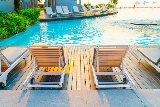 Cadeira de piscina ao redor da piscina no hotel resort
