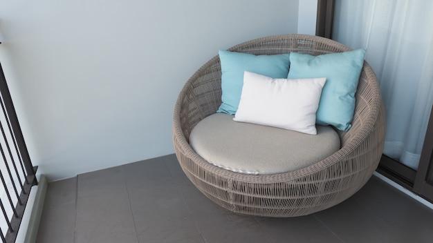 Cadeira de praia ao ar livre na varanda ou terraço do quarto do hotel, feita de madeira natural chamada rattan