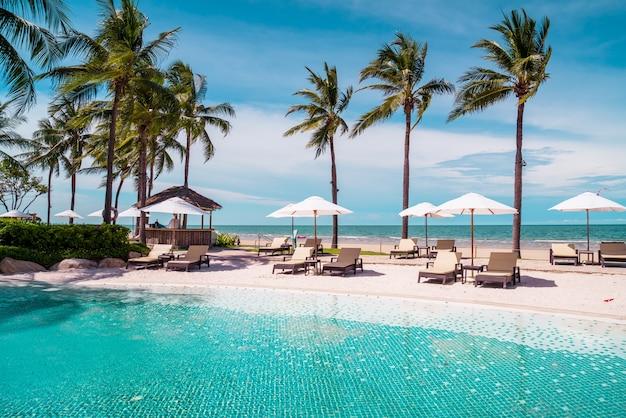 Cadeira de praia ao redor da piscina em hotel resort com praia