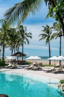 Cadeira de praia ao redor da piscina em hotel resort