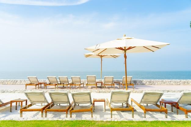 Cadeira de praia com lindo céu azul