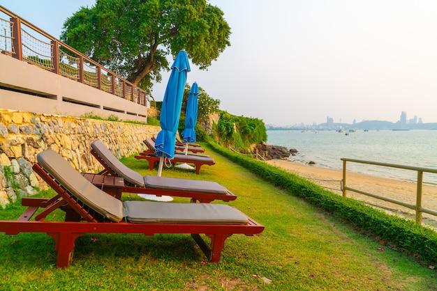 Cadeira de praia com o fundo do mar na hora do pôr do sol em pattaya, tailândia