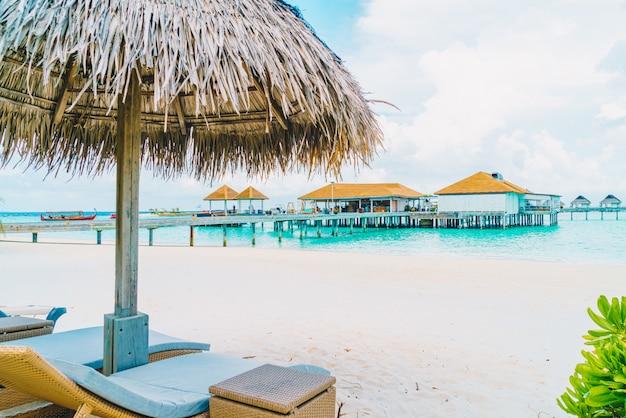 Cadeira de praia com praia tropical ilha maldivas e mar