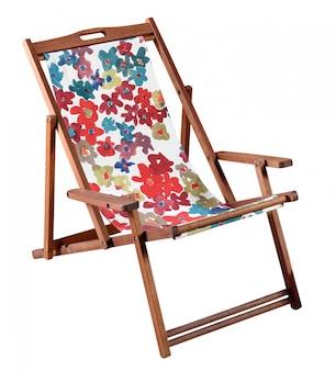 Cadeira de praia de madeira colorida isolada no branco