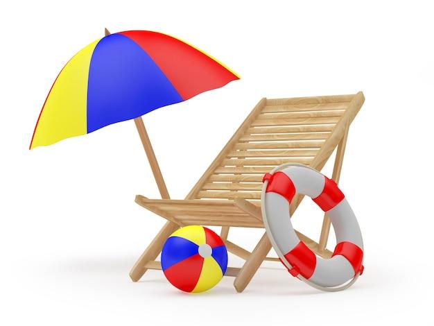 Cadeira de praia de madeira com bóias salva-vidas sob um guarda-sol