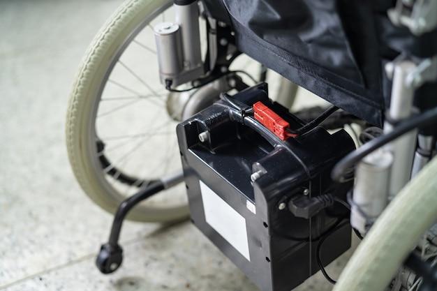 Cadeira de rodas elétrica com bateria para paciente idoso não pode andar ou incapacitar o uso em casa ou hospital, conceito médico forte e saudável.