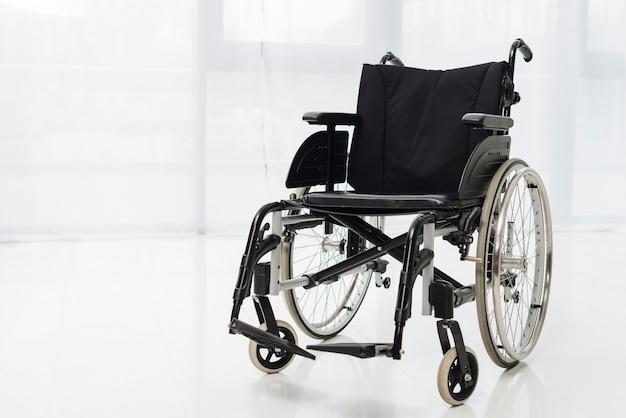 Cadeira de rodas moderna vazia no quarto