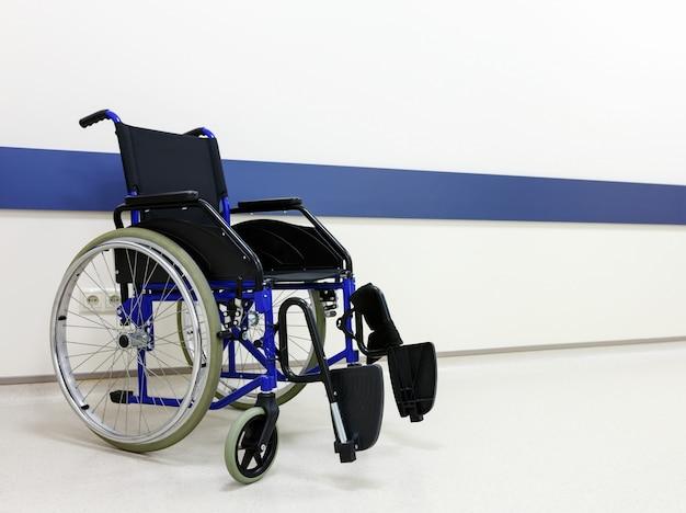 Cadeira de rodas no corredor vazio da clínica