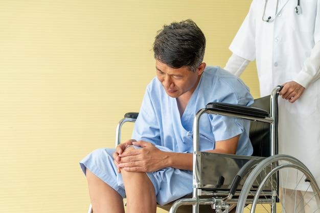 Cadeira de rodas paciente sênior asiática com dor no joelho
