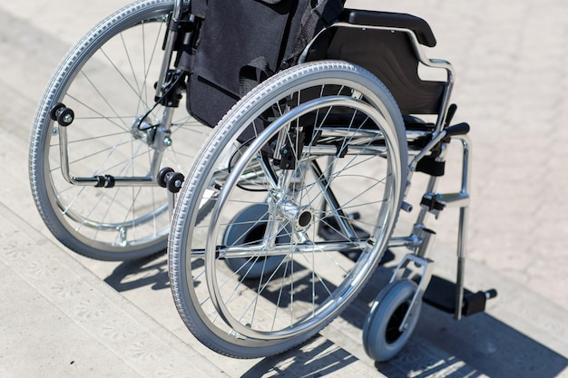 Cadeira de rodas perto da escada.