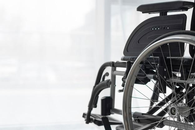 Cadeira de rodas profissional no escritório