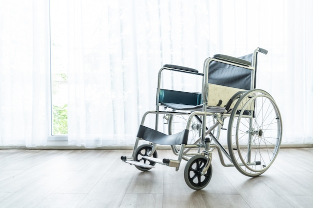 Cadeira de rodas vazia em um quarto