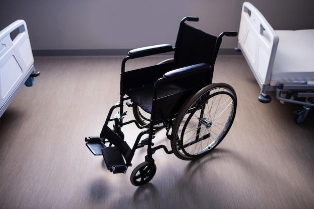 Cadeira de rodas vazia na enfermaria