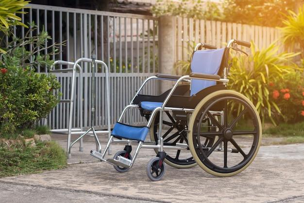 Cadeira de rodas vazia para pacientes ou idosos ou idosos na casa da frente, conceito médico saudável