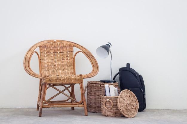 Cadeira de vime e móveis no piso de concreto