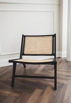 Cadeira de vime elegante no interior clássico do apartamento