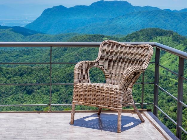 Cadeira de vime no terraço da atmosfera da montanha.