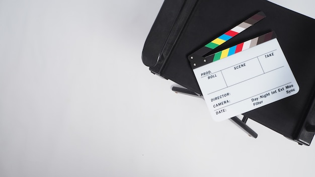 Cadeira do diretor e claquete ou claquete do filme ou ardósia no fundo branco.