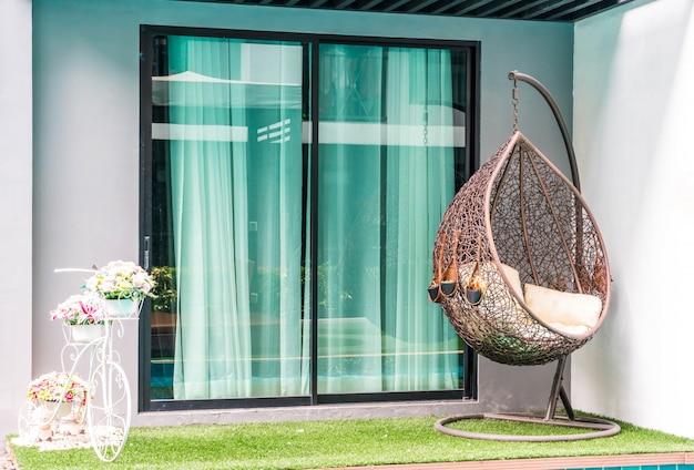 Cadeira do pátio ao ar livre e mesa perto da piscina
