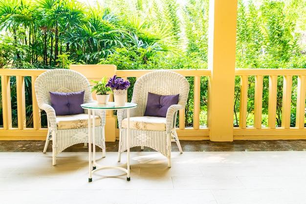 Cadeira do pátio e decoração de mesa na varanda