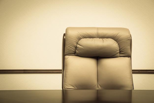 Cadeira e mesa de couro