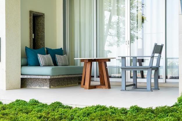 Cadeira e mesa de pátio ao ar livre vazias