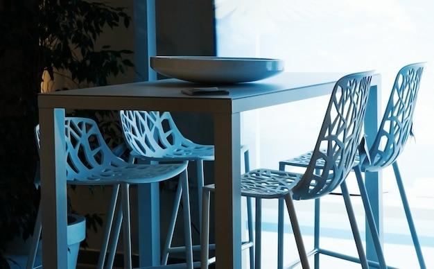 Cadeira e mesa projetadas no restaurante moderno