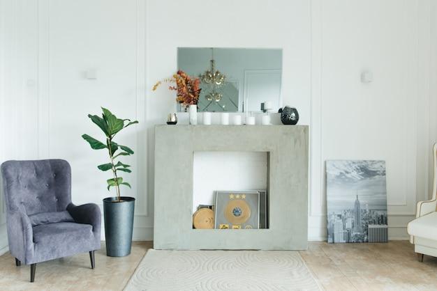 Cadeira interior vintage e lareira, design de interiores