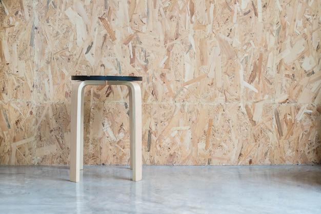 Cadeira moderna com fundo de madeira