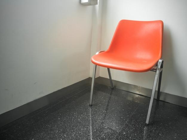 Cadeira moderna laranja com um fundo de parede